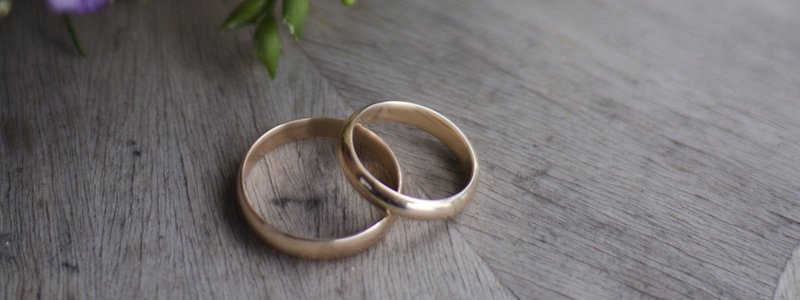 two rings on the table signify need for divorce counselling